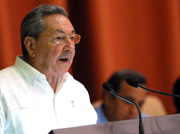 """Raúl Castro  Ruz: """"La Revolución puede ser generosa porque es fuerte, su fuerza radica en el apoyo mayoritario del pueblo """"."""